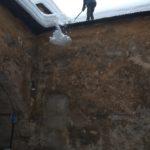 odstraňovanie snehu zo strechy na Oravskom hrade